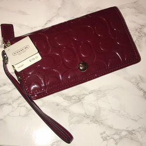 NWT COACH PATENT LEATHER CLUTCH/ PHONE HOLDER